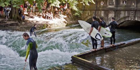 Personas jóvenes haciendo surf en Munich