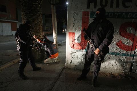 La Policía Federal mexicana realiza un registro nocturno en busca de armas y droga