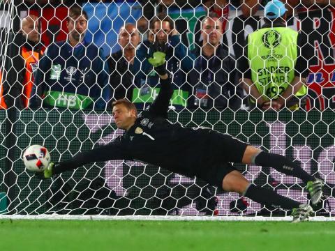El portero del Bayern Munich, Manuel Neuer, realiza una parada en un partido con la selección de Alemania.