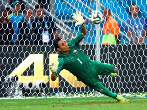 El portero del Real Madrid, Keylor Navas, realiza una parada en un partido con la selección de Costa Rica.