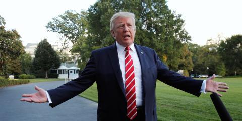 El presidente de EE.UU. Donald Trum comparece ante los medios en el jardín sur de la Casa Blanca en Washington antes de su viaje a Greensboro (Carolina del Norte) el 7 de octubre de 2017.