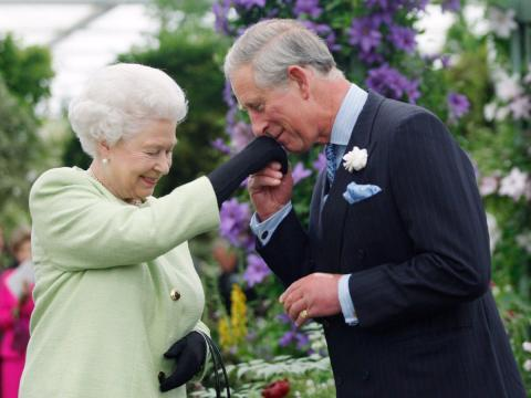 Principe Carlos besamanos Isabel II