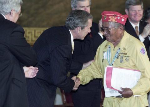 Reconocimiento de George W. Bush Jr. a los locutores de claves navajo