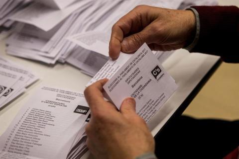 Los miembros de una mesa electoral participan en el recuento de votos en el colegio La Sedeta, tras la jornada de las elecciones catalanas del 21D.