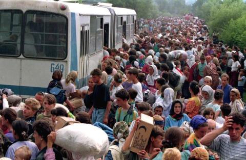 Refugiados huyen de Srebrenica a los pocos días de comenzar la masacre