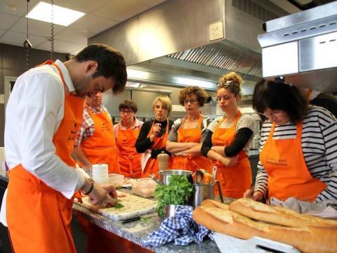 Jerome Brochot imparte una clase en sus cocinas.