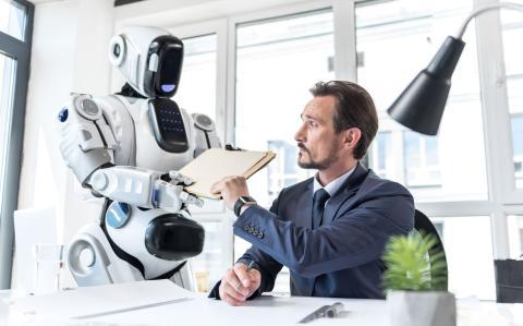 Robot en la oficina junto a un trabajador