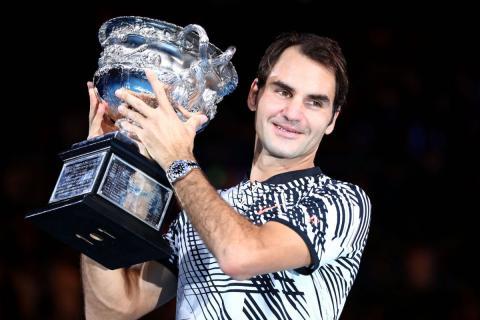 Roger Federer alzando el Open de Australia 2017 con su reloj Rolex GMT-Master II.