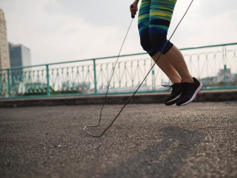 Saltar cuerda con pesas