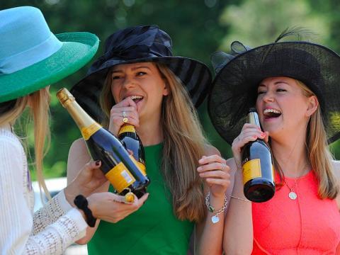 Señoras de fiesta con champán caro