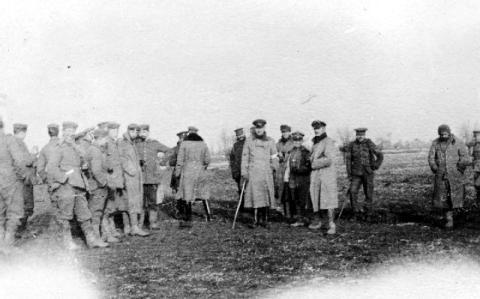 Los soldados alemanes, británicos y franceses celebran juntos la navidad el día de navidad de 1914