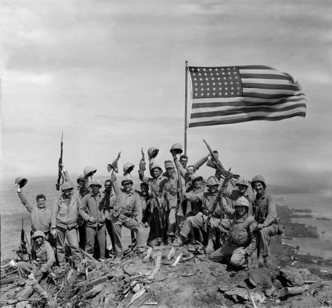 Un grupo de soldados estadounidenses celebra la victoria en Iwo Jima durante la Segunda Guerra Mundial