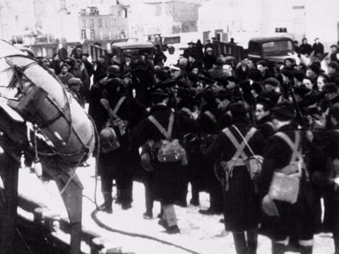 Los marines franceses desfilan en el puerto de San Pedro durante la invasión el día 25 de diciembre de 1941