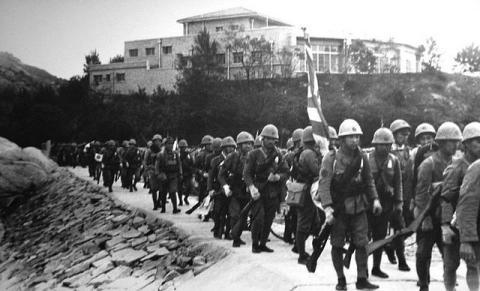 Los soldados japoneses cruzan la frontera en Hong Kong