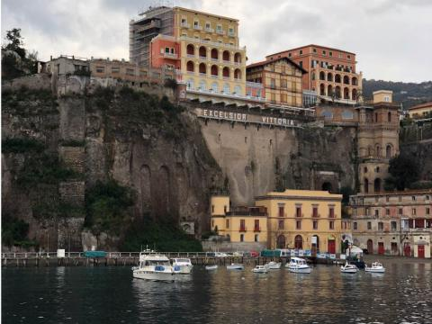 Fotografía de la zona del puerto de Sorrento, Italia.