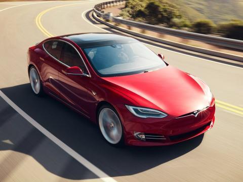 Un modelo Tesla circula por la carretera.