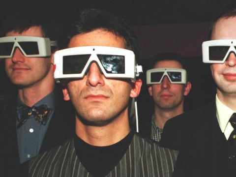 Un grupo de personas con gafas de tres dimensiones