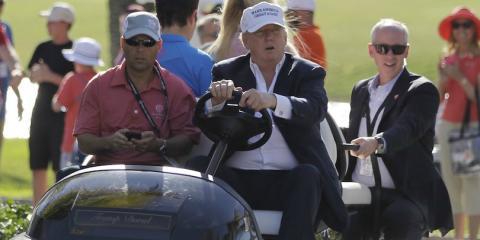 El presidente de Estados Unidos, Donald Trump, conduce un carrito de golf