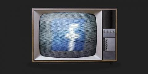 Viejo televisor con Facebook