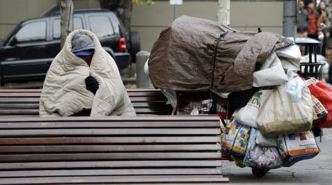 Una persona vive en la calle en Seattle, Estados Unidos.