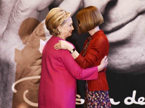 Anna Wintour y Hillary Clinton en una ceremonia en honor al diseñador Oscar de la Renta en la estación Grand Central Terminal de Nueva York el 16 de febrero de 2017 en Nueva York.