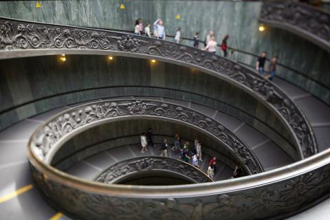 Escaleras en el Vaticano, en Italia.