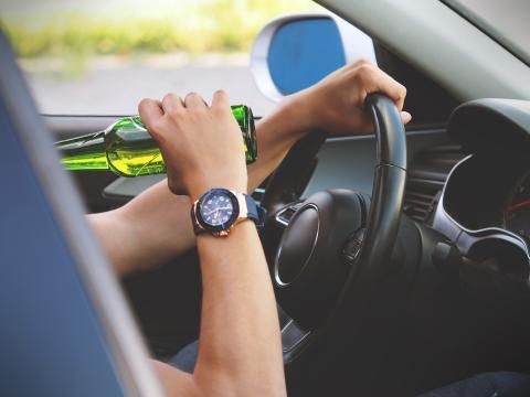 Beber cerveza en el coche