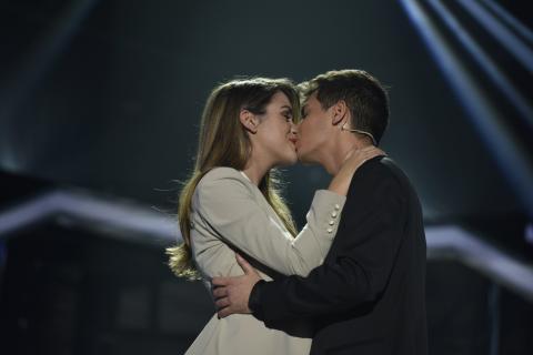 Beso de Amaia y Alfred en la gala de Eurovisión de OT 2017.