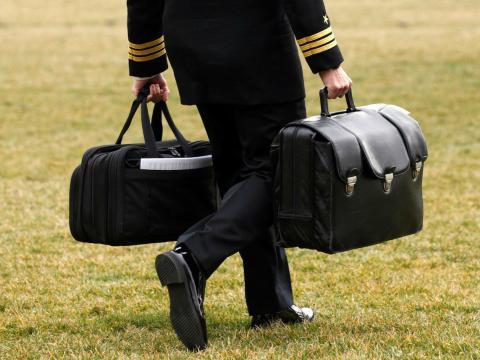 Un militar estadounidense porta maletas con supuestamente los códigos nucleares del país.