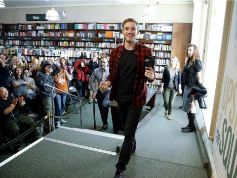 El youtuber PewDiePie durante el lanzamiento de su libro 'This book loves you'