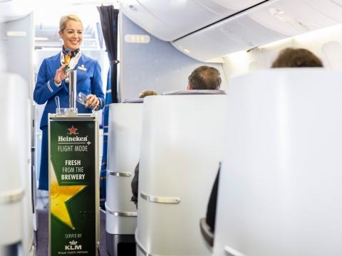 Cerveza a bordo de un avión de KLM