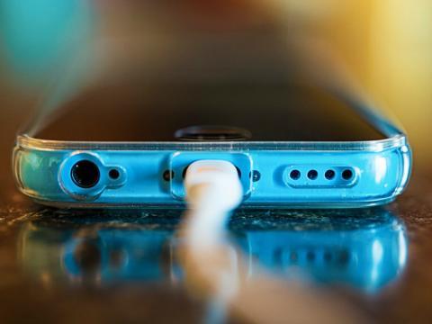 Toma de batería de un teléfono móvil