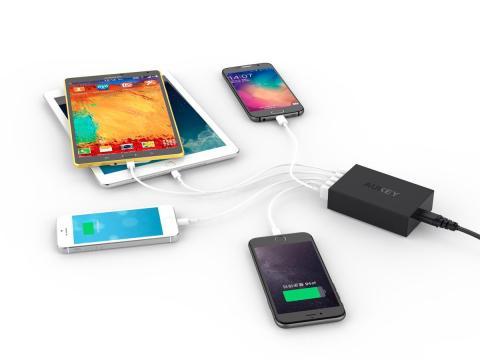 Teléfonos móviles conectados a una batería