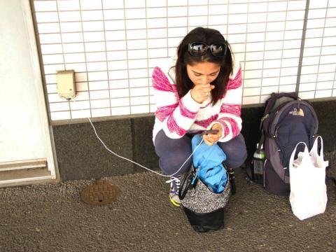 Una persona carga el teléfono en el metro