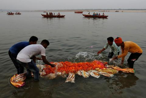 Contaminación en el Ganges, el río sagrado de India en el que se honran a los difuntos