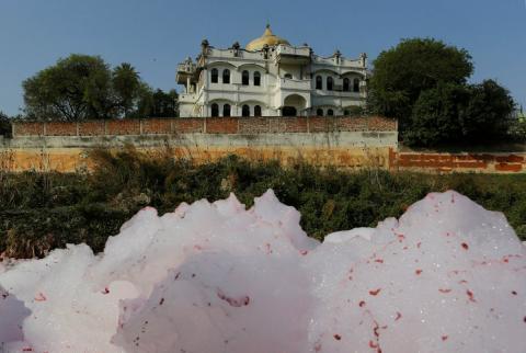 Contaminación en el Ganges, el río sagrado de India, a su paso por Kanpur