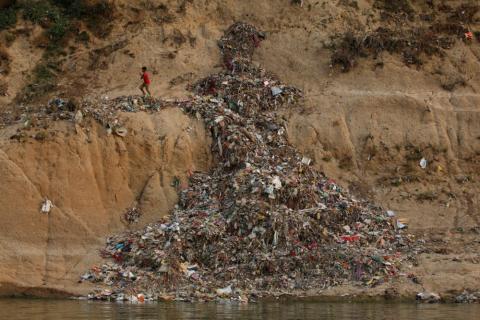 Vertederos incontrolados en el río Ganges, en India