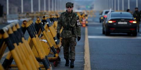 Un soldado de Corea del Sur patrulla la carretera que una las dos Coreas
