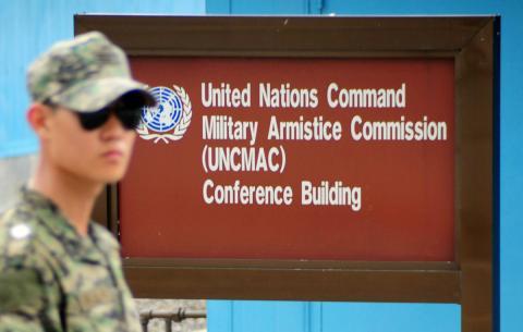 Un soldado en la zona desmilitarizada entre las dos Coreas