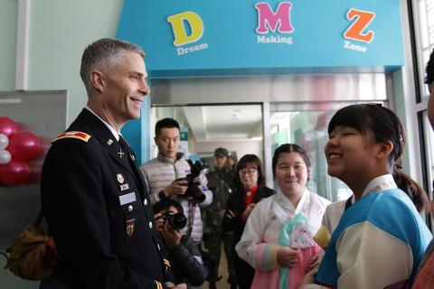 Un mando militar visita una escuela en la zona desmilitarizada de Corea del Sur