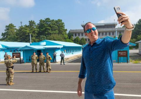 Un turista se hace un selfi en la zona desmilitarizada de las dos Coreas