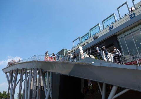 Plataforma de observación para turistas en la zona desmilitarizada de Corea del Sur