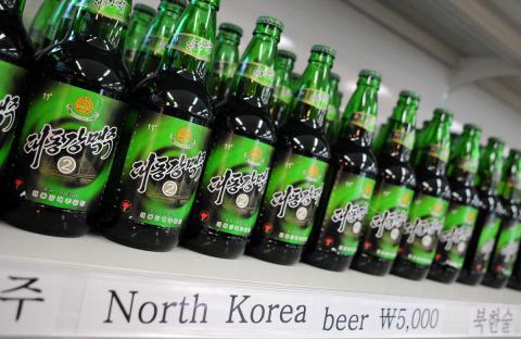 Cerveza de Corea del Norte vendida como recuerdo en la zona de Corea del Sur.