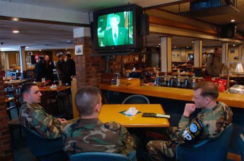 Soldados estadounidenses ven la tele en la zona fronteriza de Corea del Sur con Corea del Norte