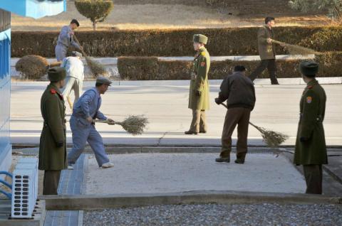 Ciudadanos norcoreanos trabajan en la zona desmilitarizada
