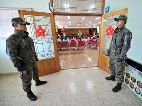 Dos soldados en una escuela de Corea del Sur