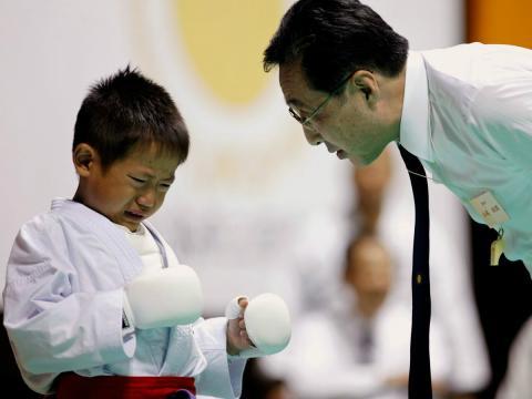 Un maestro de artes marciales alecciona a un joven pupilo.