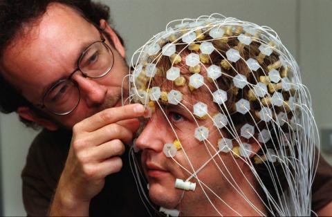 La electroencefalografía tradicional toma datos desde la superficie de la cabeza, no del cerebro.