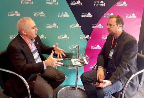 Kasparov y Jim Edwards, de Business Insider, durante su conversación en el Web Summit de Lisboa el pasado noviembre.