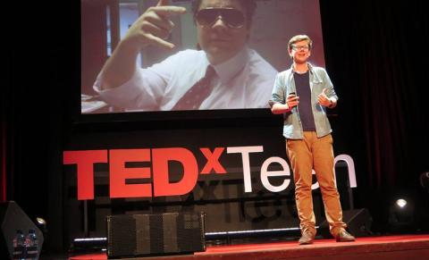 Erik Finman interviene en una charla TEDx Teen en 2014.